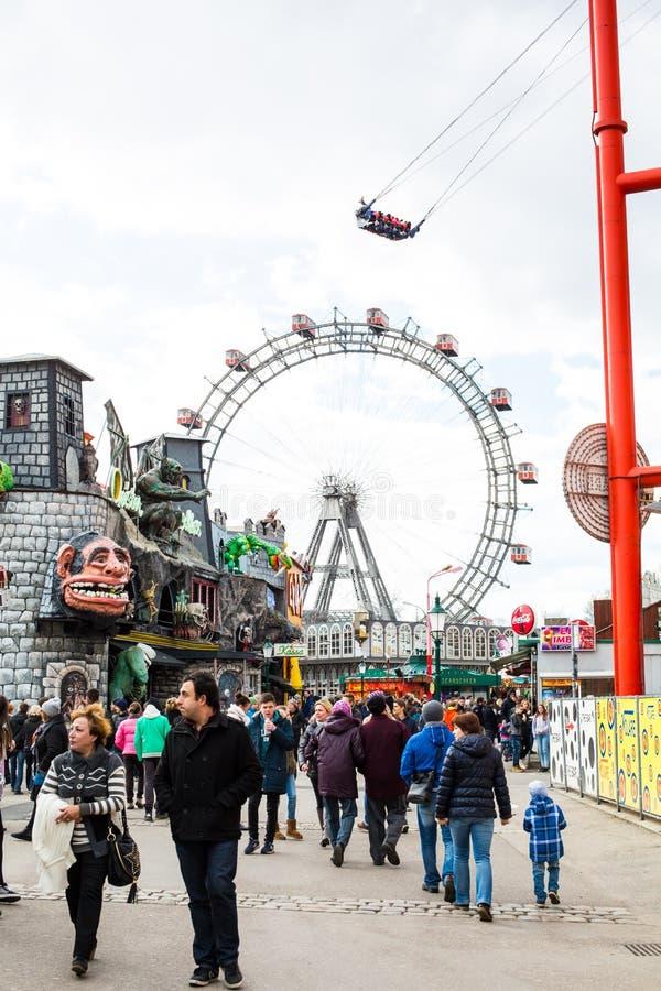 Atrações situadas dentro do parque de diversões de Prater em Viena foto de stock