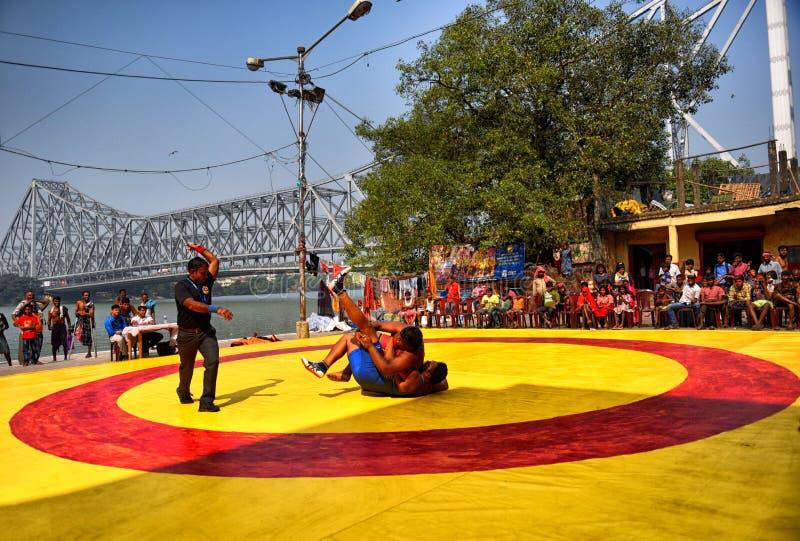 Atracando-se a competição em Jagannath Ghat imagem de stock royalty free