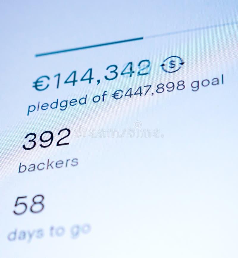 Atracción de la página web de Crowdfunding prometida y suma de la meta imagen de archivo libre de regalías