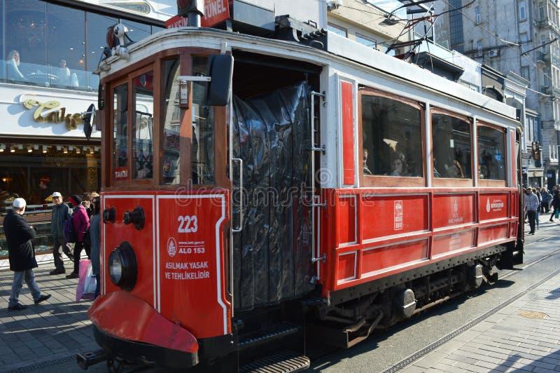 Atracción en Estambul, tranvía roja vieja en la calle de Taksim imagenes de archivo