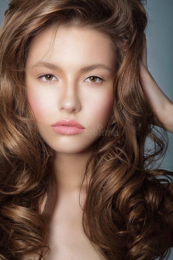 atracción Mujer latina auténtica con los pelos rizados perfectos imagen de archivo