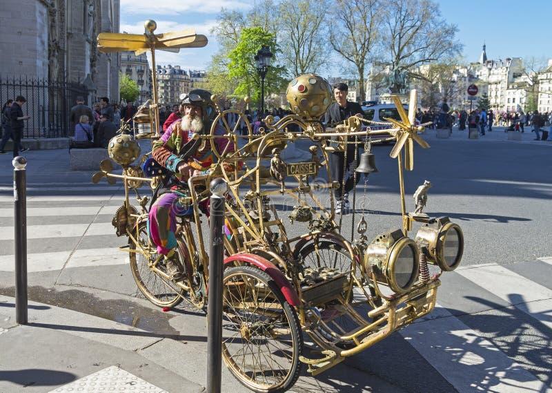 Atracción para los turistas: un coche fantástico del steampunk y su piloto imagenes de archivo