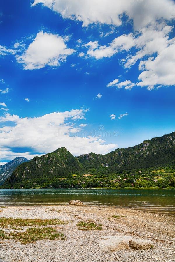 Atracción turística con la hermosa vista del lago de Idro en el norte de Italia imágenes de archivo libres de regalías