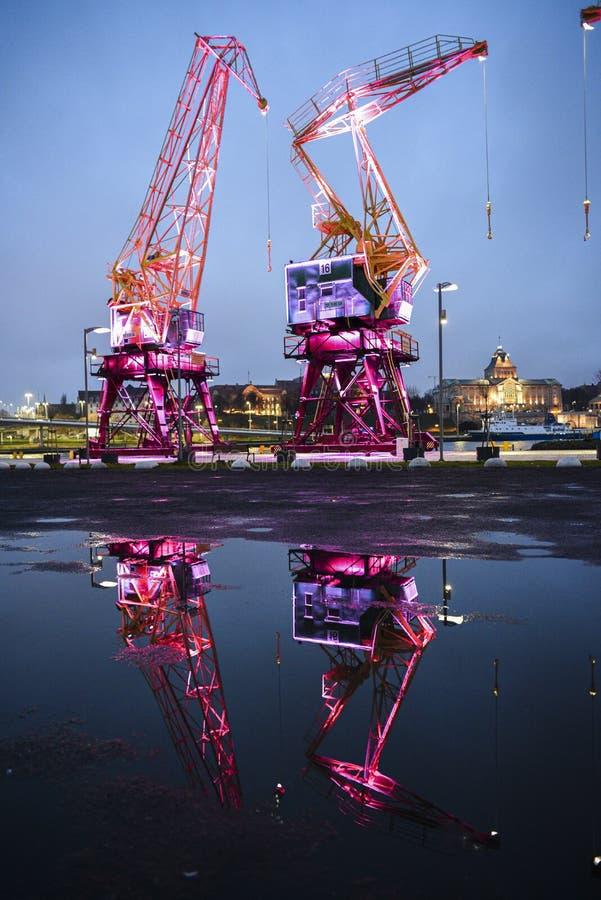 Atracción turística de Szczecin, grúas iluminadas en el puerto imagen de archivo libre de regalías