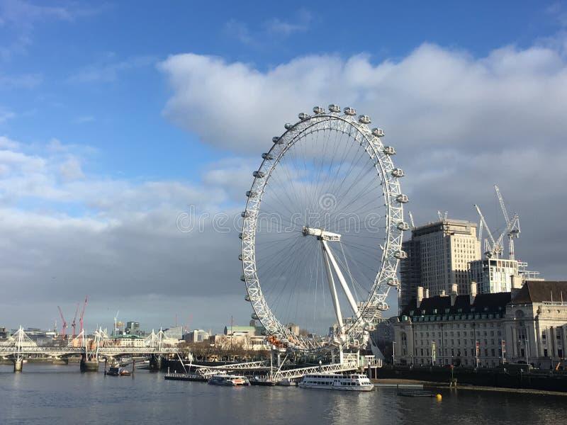 Atracción turística del ojo de Londres por día foto de archivo libre de regalías