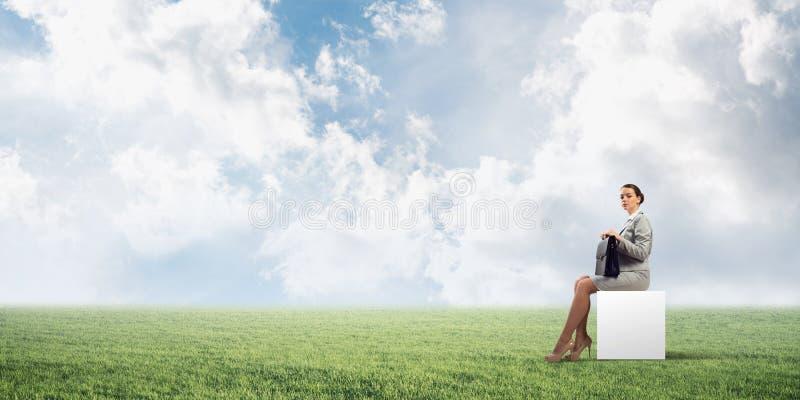 Atractiva mujer de negocios o contable al aire libre en caja blanca imagen de archivo libre de regalías