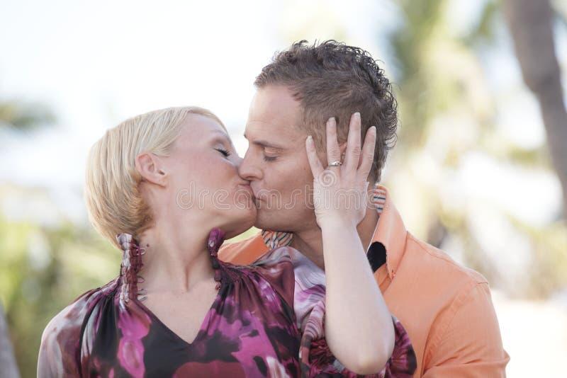 atractive夫妇亲吻的年轻人 库存照片