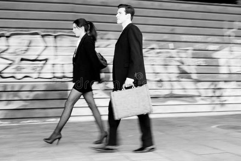Affärsfolk som går i gatan. Koppla ihop arbetet royaltyfria foton