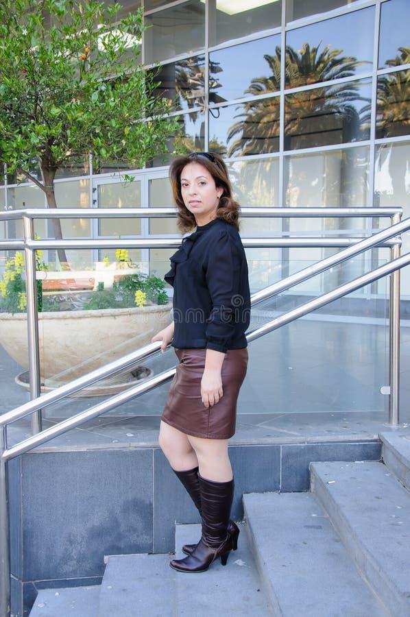Atractive Bedrijfsvrouw die zich op de treden van bureaubuildi bevinden royalty-vrije stock afbeeldingen