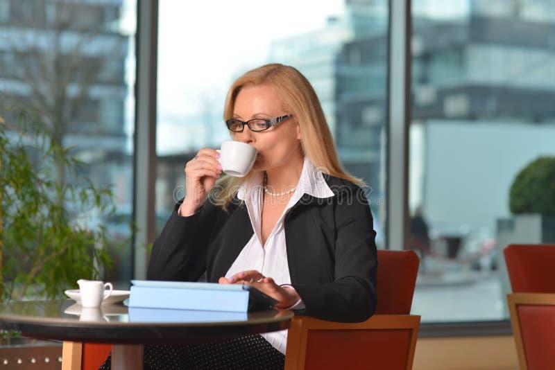 Atractive medelålderst blont affärskvinnaarbete fotografering för bildbyråer