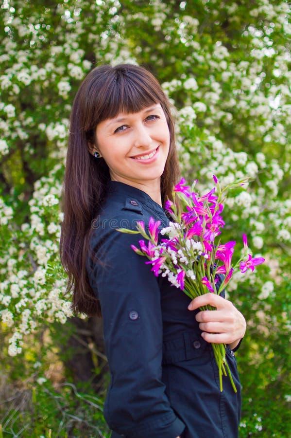 Atractivemeisje met de lentebloemen royalty-vrije stock foto