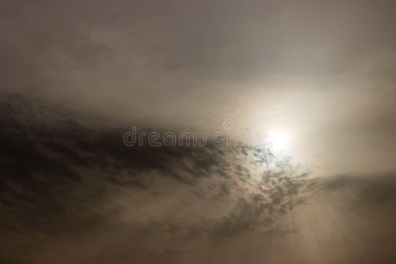 Atractivo cielo con nubes cubiertas de sol como arena fotografía de archivo