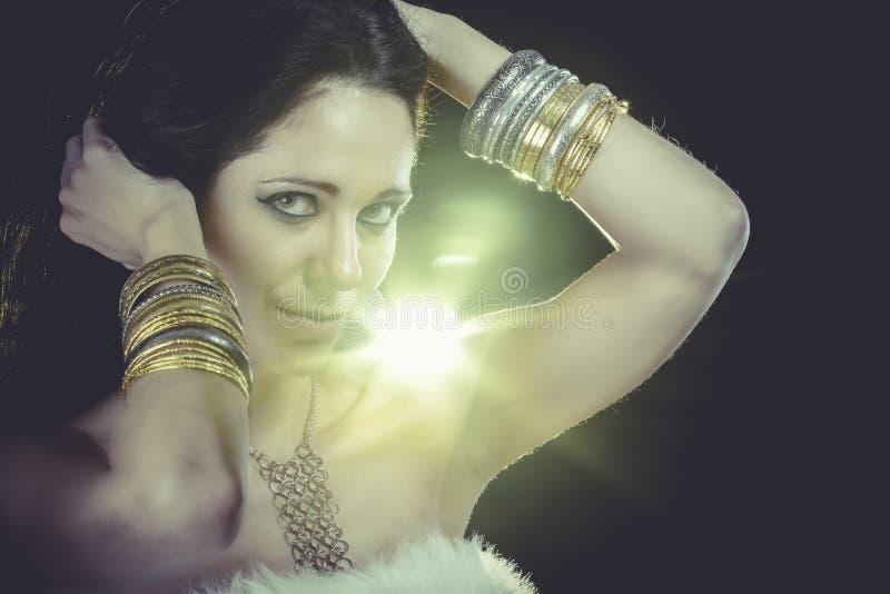 Download Atractivo Con Maquillaje De La Tarde Joyería Y Belleza Foto Del Arte Imagen de archivo - Imagen de erótico, masquerade: 44853831