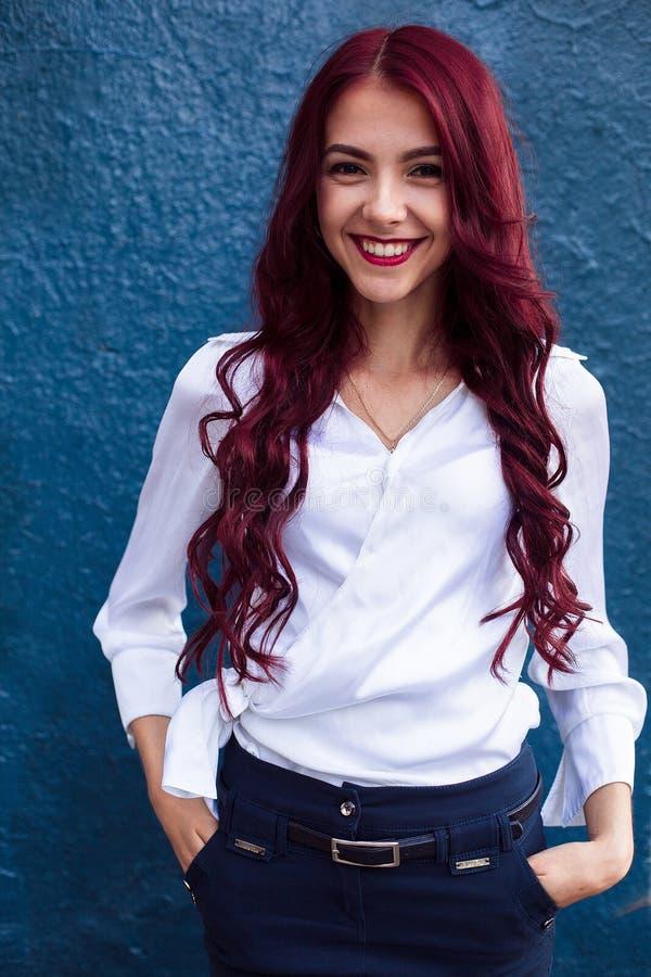Atractivo, hermoso, adorable, aturdiendo, bonito, agradable, sonriendo, muchacha pelirroja feliz con sonrisa sana perfecta blanca fotografía de archivo