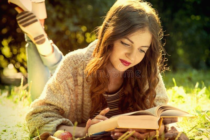 Atractivos jovenes studen estudiar y la lectura de un libro Relájese, res imagenes de archivo