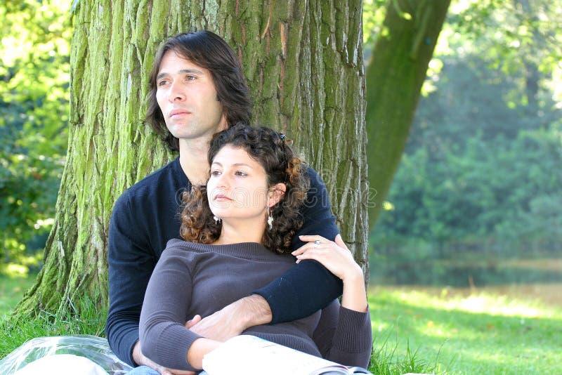 atrakcyjną parą zróżnicowany zrelaksować park obrazy royalty free