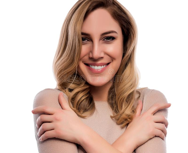 Atrakcyjna śliczna blondynka Zakończenie portret na bielu Piękna młoda kobieta w cielistej sukni obraz royalty free