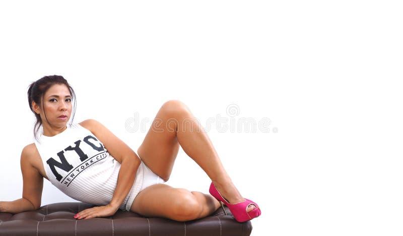 Atrakcyjna Azjatycka kobieta jest ubranym krótko wierzchołek i seksownych menchia buty zdjęcia stock