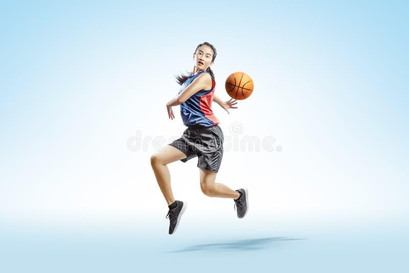Atrakcyjna azjatykcia kobieta bawić się koszykówkę obrazy royalty free