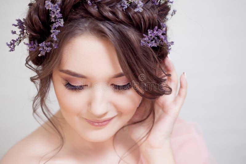 Atrakcyjna błękitnooka brunetka z delikatnym wiosna wizerunkiem zdjęcie royalty free