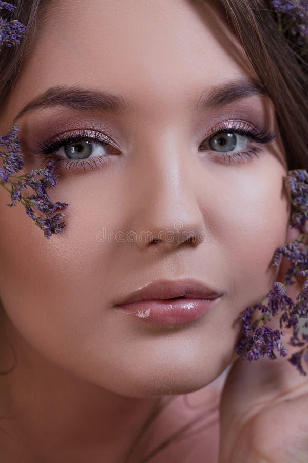 Atrakcyjna błękitnooka brunetka z delikatnym wiosna wizerunkiem obrazy royalty free