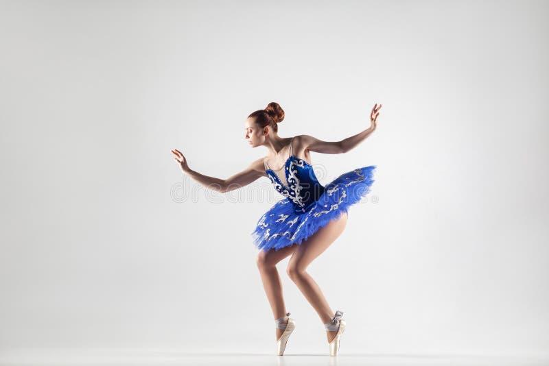 Atrakcyjna balerina jest ubranym błękit suknię z babeczką zbierał włosy obrazy royalty free