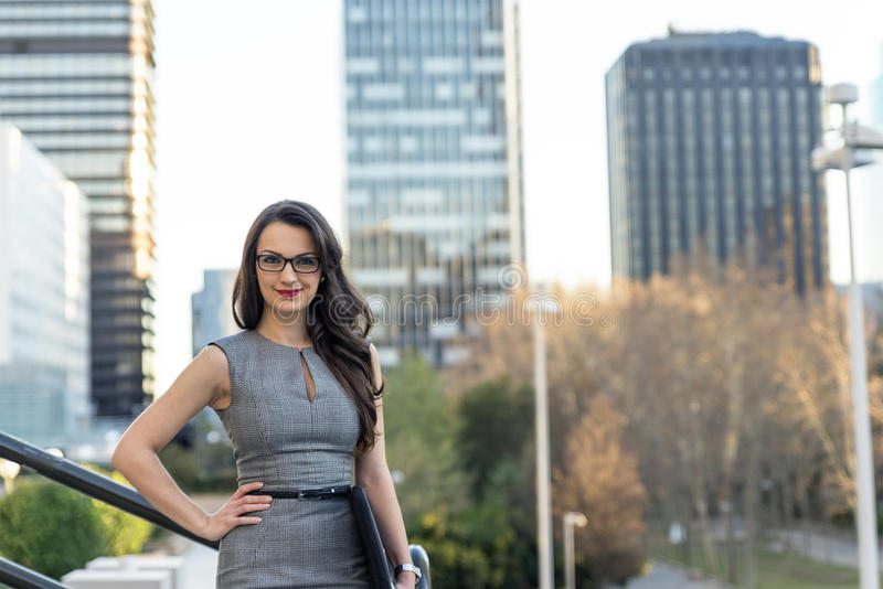 Atrakcyjna biznesowa kobieta na miasto ulicie obrazy stock