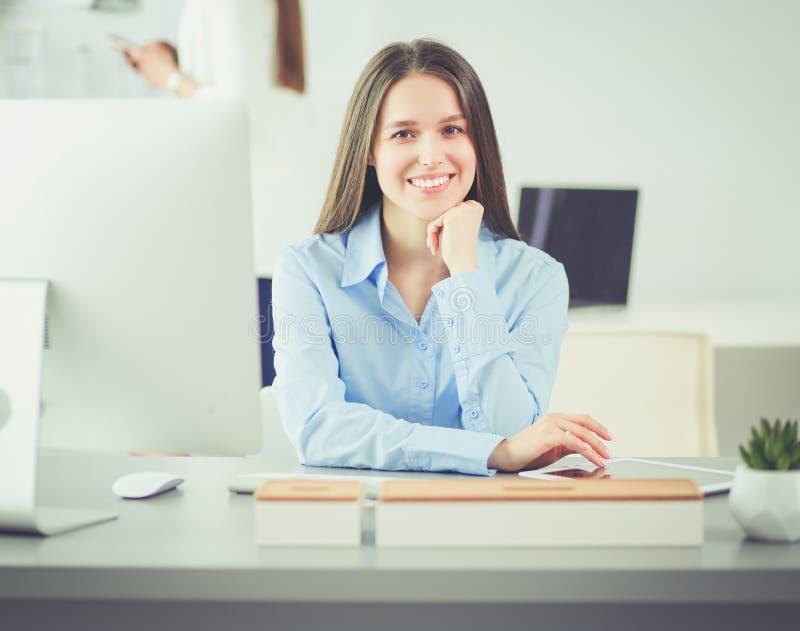 Atrakcyjna biznesowa kobieta pracuje na laptopie przy biurem interesy ilustracyjni ludzie jpg położenie zdjęcia stock
