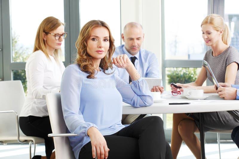 Atrakcyjna biznesowa kobieta przy spotkaniem zdjęcie stock