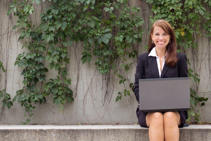 Atrakcyjna biznesowa kobieta z laptopu outdoors - copyspace obraz royalty free