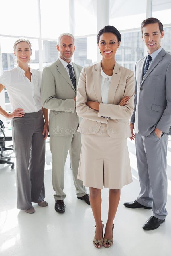 Atrakcyjna bizneswoman pozycja przed kolegami fotografia stock