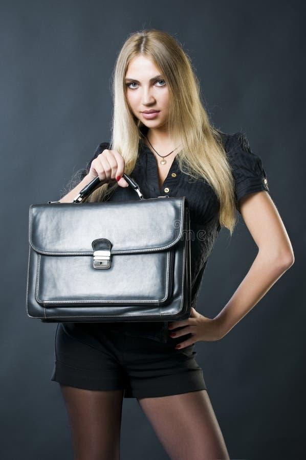 atrakcyjna bizneswomanu mienia walizka zdjęcia stock