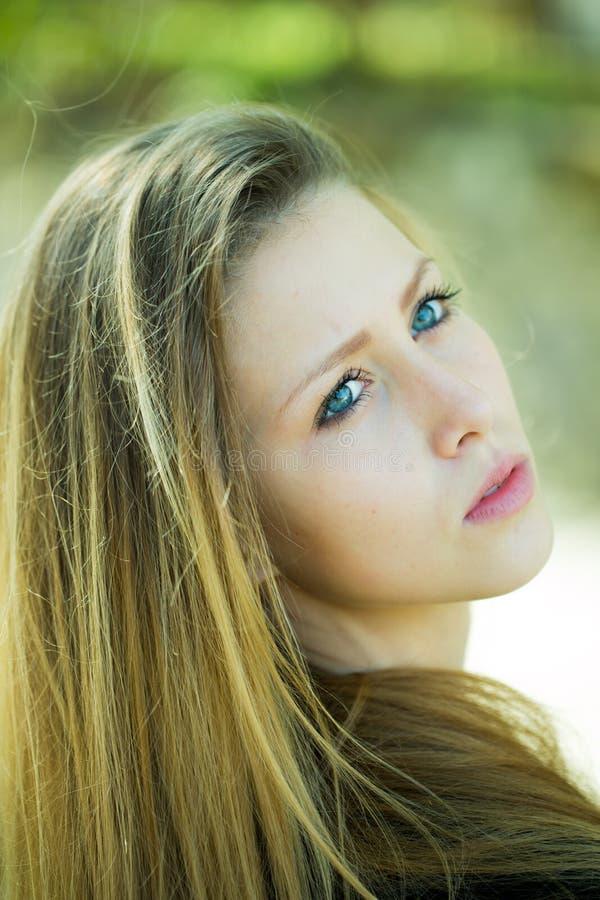 Atrakcyjna blond dziewczyna patrzeje sidewards obraz stock