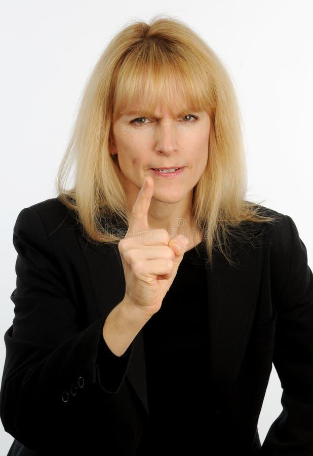 Atrakcyjna blond z włosami biznesowa kobieta merda celownicy w złości obraz royalty free