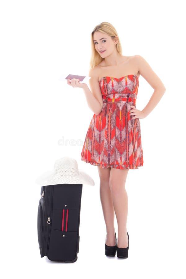 Atrakcyjna blondie kobieta w czerwieni sukni z walizką, paszport obraz royalty free