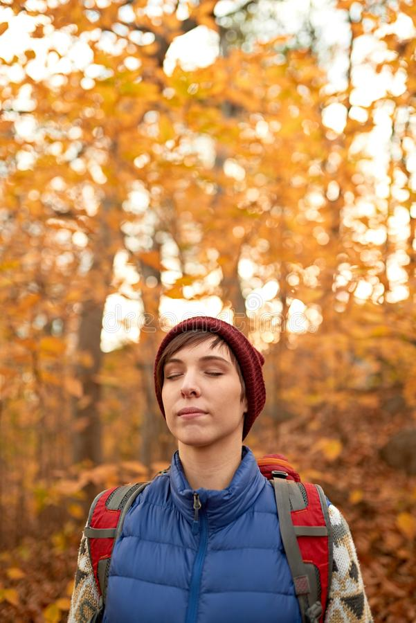 Atrakcyjna caucasian dziewczyna wycieczkuje przez lasu w spadku w Kanada fotografia royalty free