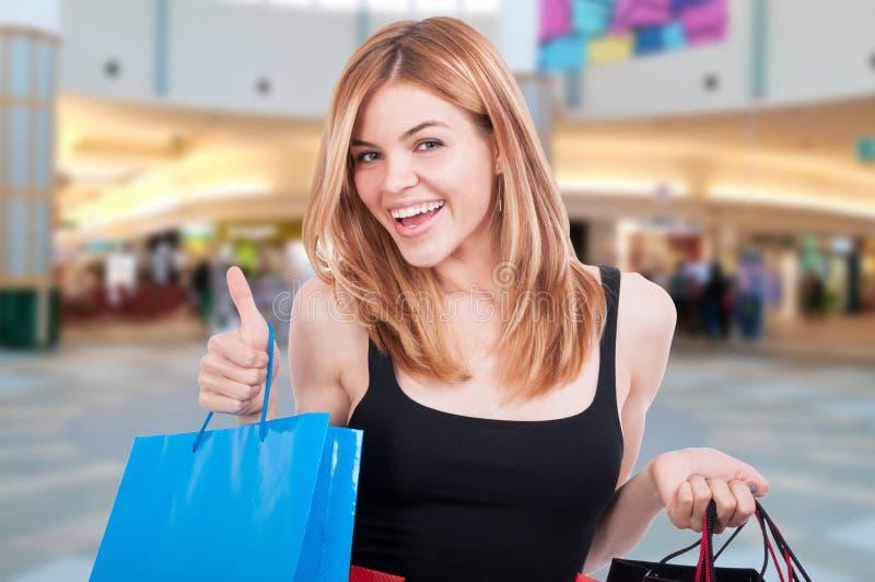 Atrakcyjna chłodno młoda blondynki dziewczyna z torba na zakupy obraz royalty free