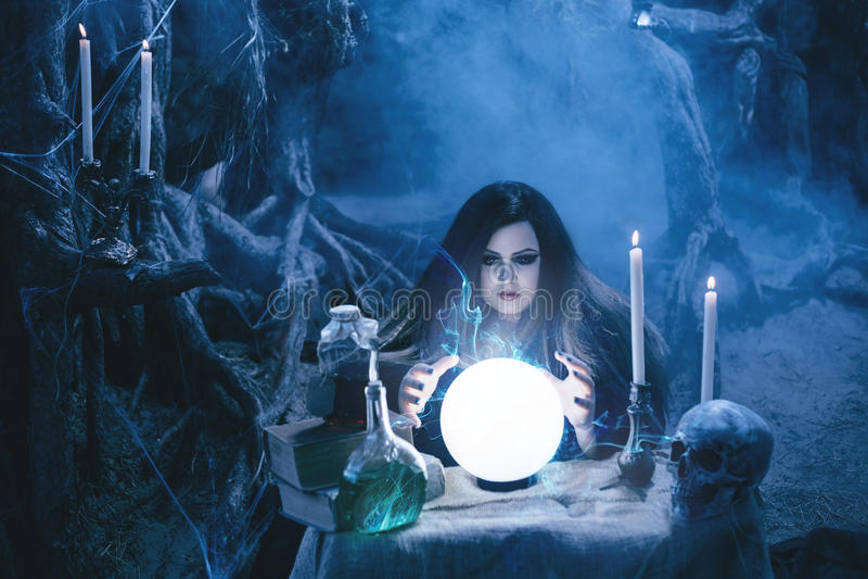 Atrakcyjna czarownica robi magii w magicznym lair obrazy royalty free