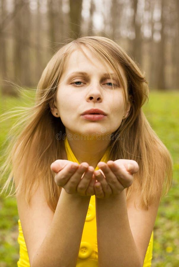 atrakcyjna dmuchania buziaka natury kobieta obrazy royalty free