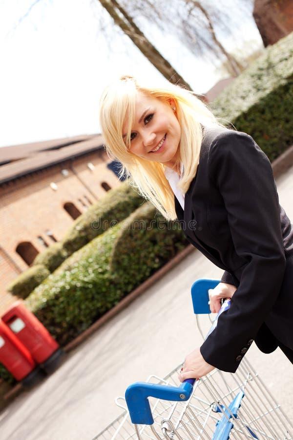 atrakcyjna dosunięcia zakupy tramwaju kobieta zdjęcie stock