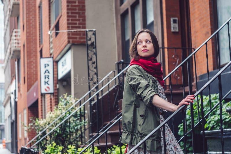 Atrakcyjna dziewczyna na ganeczku w Miasto Nowy Jork fotografia stock