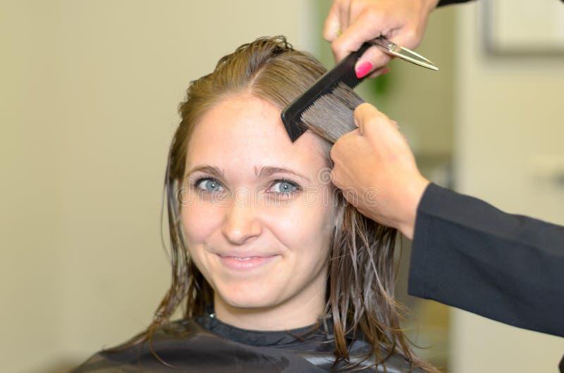Atrakcyjna dziewczyna ono Uśmiecha się przy kamerą Wśrodku salonu zdjęcie stock