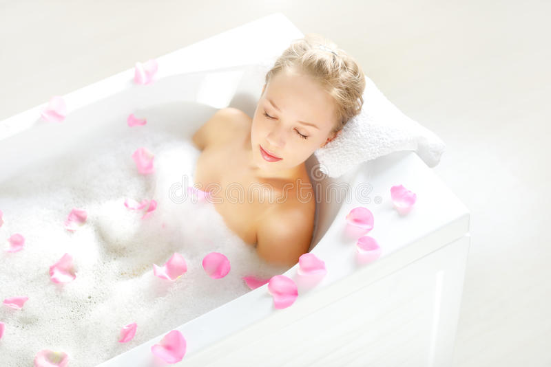 Atrakcyjna dziewczyna relaksuje w skąpaniu zdjęcia royalty free
