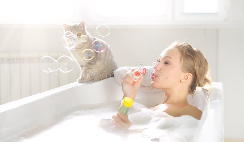 Atrakcyjna dziewczyna relaksuje w skąpaniu fotografia royalty free