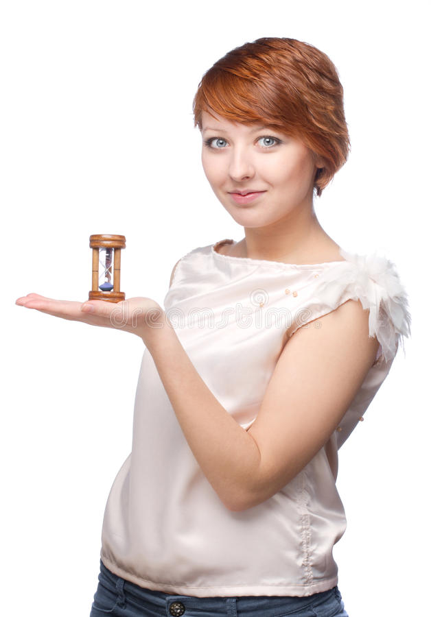 Atrakcyjna dziewczyna trzyma dalej jej ręka piaska zegar zdjęcia royalty free