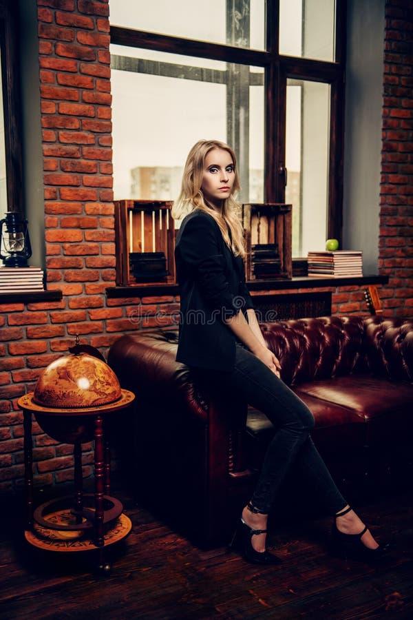 Atrakcyjna dziewczyna w pokoju obrazy royalty free