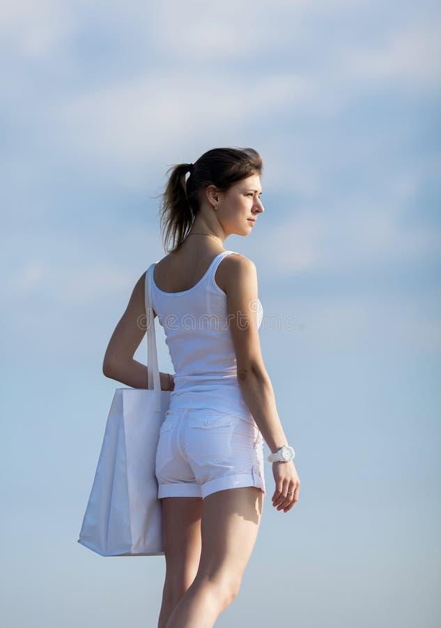 Atrakcyjna dziewczyna z białą torbą na na wolnym powietrzu obrazy royalty free