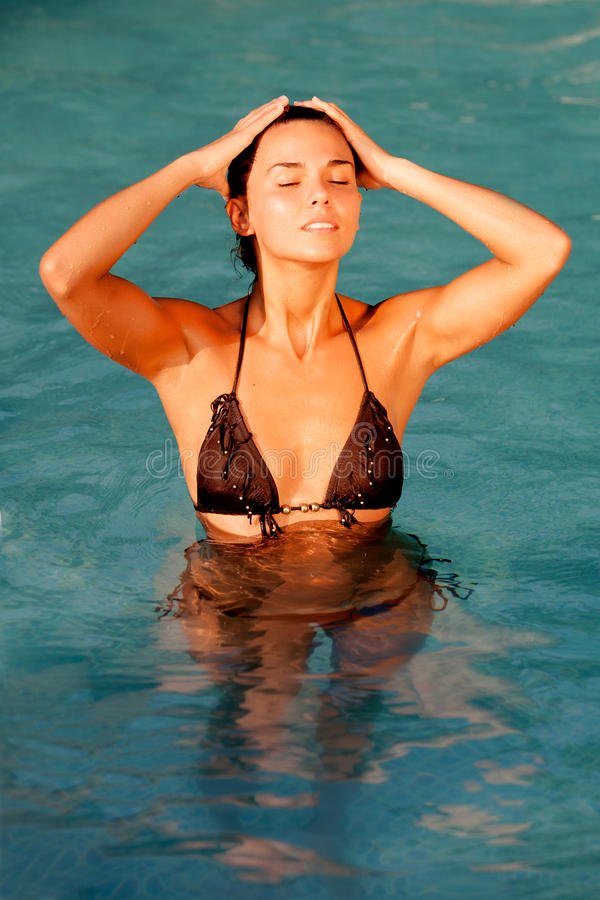 Atrakcyjna dziewczyna z brown bikini fotografia royalty free
