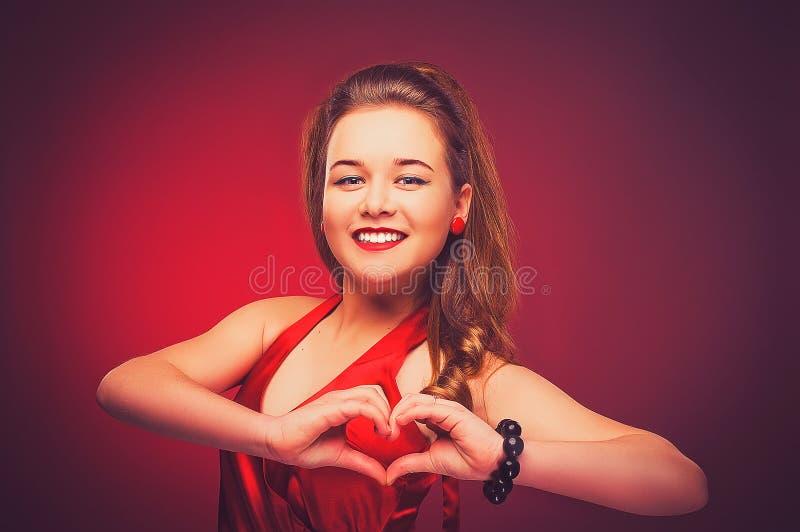 Atrakcyjna dziewczyna z sercem obszyty dzień serc ilustraci s dwa valentine wektor zdjęcie stock