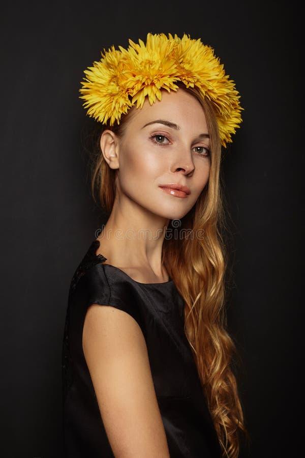 Atrakcyjna dziewczyna z wiankiem na jej głowie zdjęcia stock